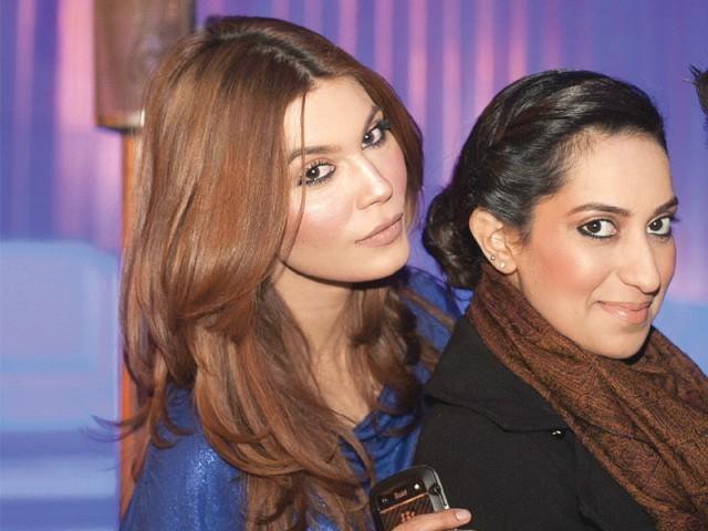 آمنہ بابر اور مدیحہ قیصر، لاہور میں ماسٹر سیلسٹے آؤٹ لیٹ کا افتتاح۔ فوٹو: وورو پی آر