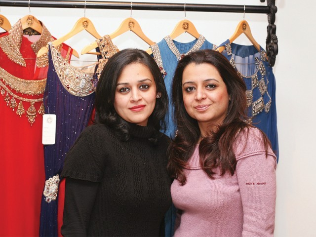 آمنہ اور مونا، سائرہ رضوان نے لاہور میں اسٹور کا افتتاح کر دیا۔ فوٹو: سیوی پی آر اینڈ ایونٹس