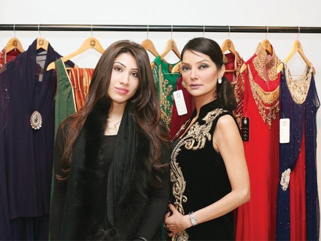 حنا بٹ اور نتاشہ، سائرہ رضوان نے لاہور میں اسٹور کا افتتاح کر دیا۔ فوٹو: سیوی پی آر اینڈ ایونٹس