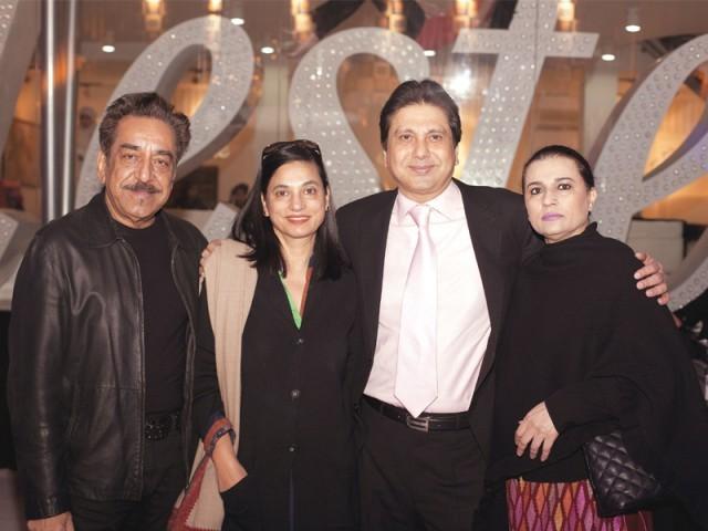 کامران شیخ، افشی، نوید ملک اور طلت، لاہور میں ماسٹر سیلسٹے آؤٹ لیٹ کا افتتاح۔ فوٹو: وورو پی آر