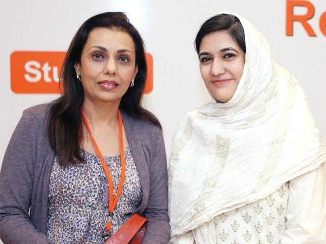 رافیا اور حنا امتیاز پانچویں بین الاقوامی وویمن لیڈرز سمٹ کراچی میں موجود ہیں۔ فوٹو: نیو ورلڈ کانسیپٹس