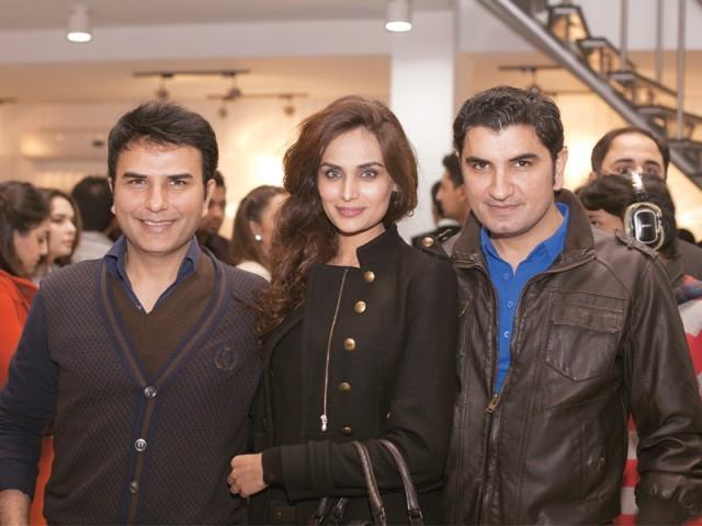 شہزاد، مہرین سعید اور مہدی، لاہور میں ماسٹر سیلسٹے آؤٹ لیٹ کا افتتاح۔ فوٹو: وورو پی آر