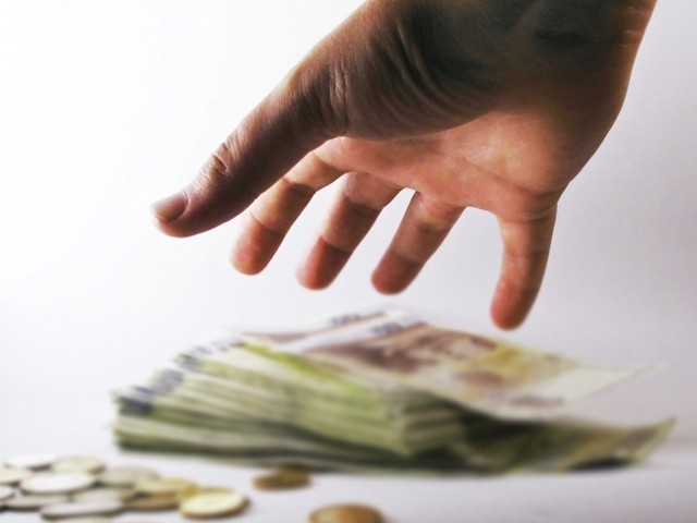قرض معافی کے 740 کیسز میں سے سیاستدانوں یا سول ملٹری بیوروکریٹس کے نام تھے۔ فوٹو: فائل