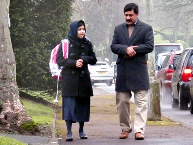 برمنگھم:ملالہ یوسف زئی اپنے والد ضیاالدین کے ہمراہ ایجبسٹن گرلز ہائی اسکول جارہی ہے ۔ فوٹو : ایکسپریس