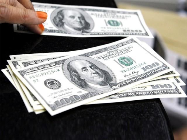 گزشتہ کئی ماہ سے روپے کے مقابلے میں ڈالر کی قدر میں اضافے کا سلسلہ جاری ہے۔  فوٹو: فائل