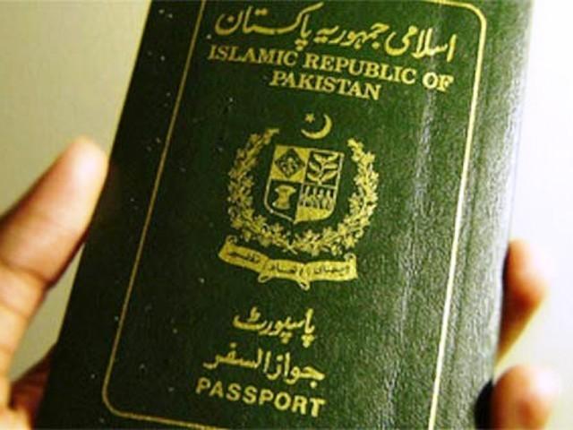 حکومت نے 60 روز تک نہ لیے جانیوالے پاسپورٹ منسوخ کردینے کا فیصلہ بھی کیا ہے، پاسپورٹ کیلیے نئی فیس دینا پڑے گی۔ فوٹو: فائل