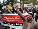 اسلام آباد میں بنگلہ دیش کے ہائی کمیشن کے باہر سرگرم کارکن بنگلہ دیش کے اسلامی رہنما ملاعبدالقادرکی پھانسی کے خلاف احتجاج اور نعرے بازی کررہے ہیں۔ فوٹو اے ایف پی