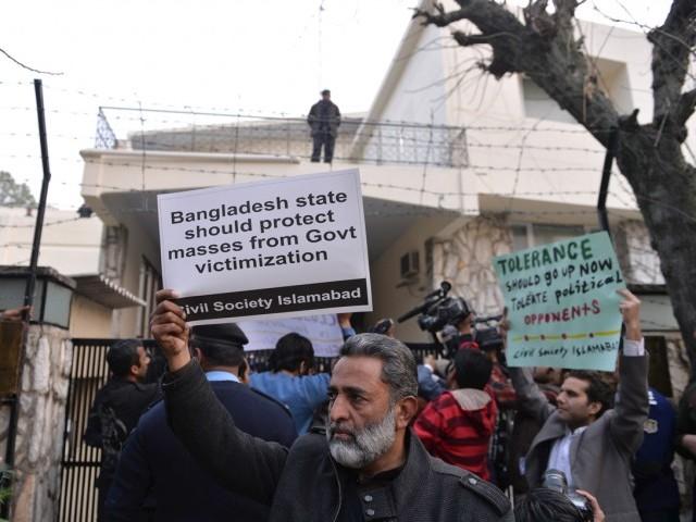 سول سوسائٹی کے کارکن بنگلہ دیش کے اسلامی رہنما ملاعبدالقادر کی پھانسی کے خلاف احتجاج اور نعرے بازی کررہے ہیں۔ فوٹو اے ایف پی