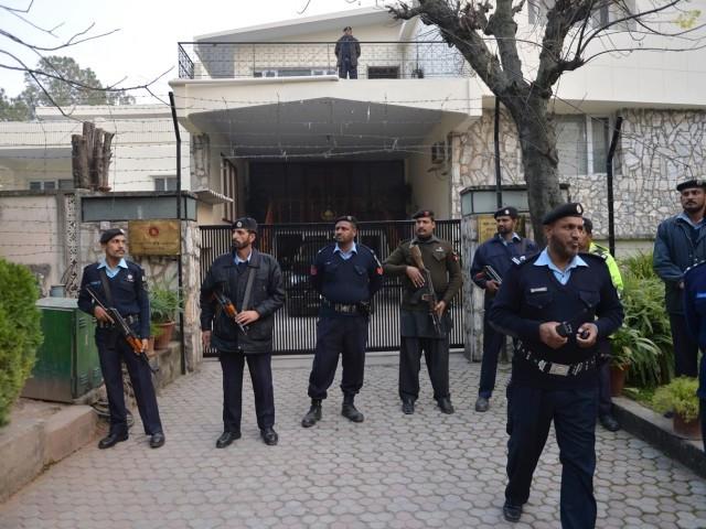 پاکستانی پولیس اہلکار احتجاجی مظاہرے کے دوران بنگلہ دیش کے ہائی کمیشن کے باہر پہرہ دے رہے ہیں۔ فوٹو اے ایف پی