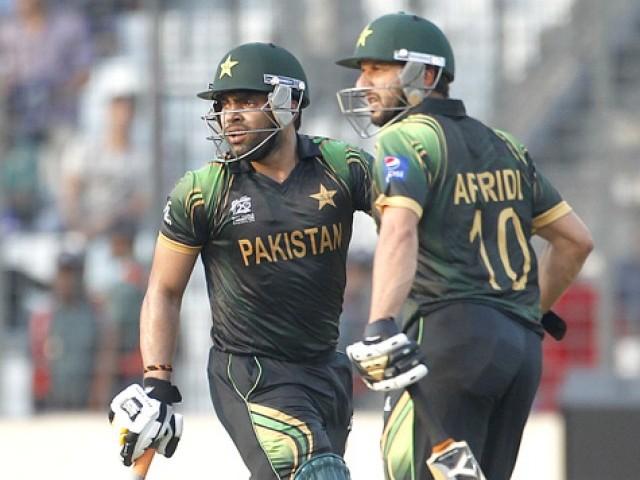 عمراکمل اور شاہد آفریدی ایک شاٹ کھیلنے کے بعد رنز لینے کے لیے بھاگ رہے ہیں۔ فوٹو: رائٹرز