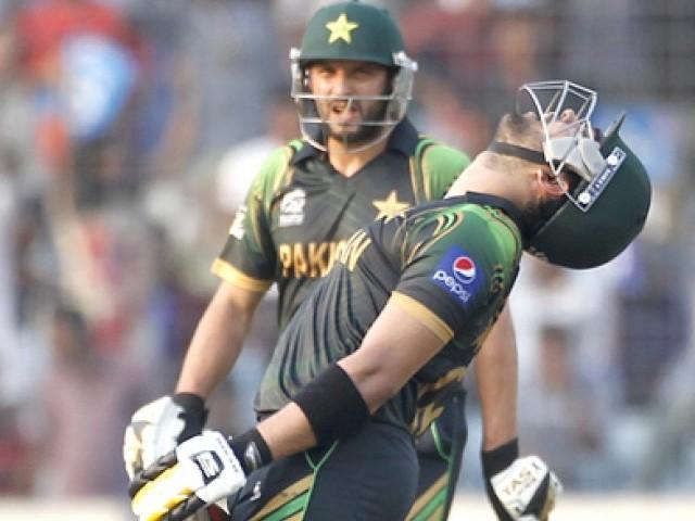 پاکستانی بلے باز عمراکمل آؤٹ ہونے کے بعد مایوسی کا اظہار کر رہے ہیں، وہ صرف 6 رنز کی دوسری سے اپنی سنچری مکمل نہ کر سکے۔ فوٹو: رائٹرز