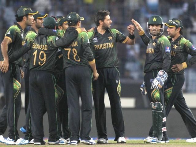 گلین میکسول کی وکٹ حاصل کرنے کے بعد تمام پاکستانی کھلاڑی شاہد آفریدی کو مبارکباد دے رہے ہیں۔ فوٹو: رائٹرز