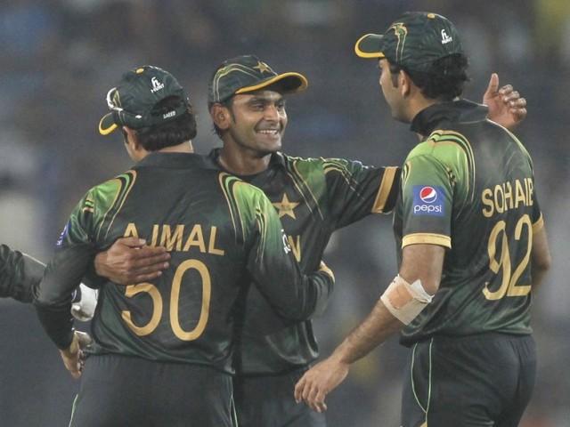 پاکستانی کھلاڑی آسٹریلیا کے خلاف 16 رنز کی فتح کے بعد خوشی مناتے ہوئے۔ فوٹو: رائٹرز