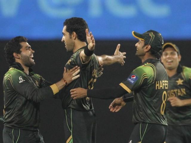 نیتھن کولٹرنیل کی وکٹ لینے کے بعد تمام کھلاڑی عمل گل کو مبارکباد دے رہے ہیں، پاکستان نے میچ میں 16 رنز سے فتح حاصل کی۔ فوٹو: رائٹرز