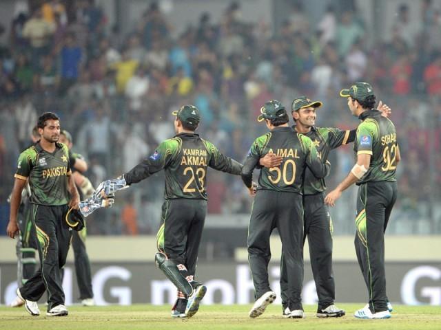 سنسنی خیز میچ میں آسٹریلیا کو شکست دینے کے بعد پاکستانی کھلاڑی خوشی کا اظہار کر رہے ہیں۔ فوٹو: اے ایف پی