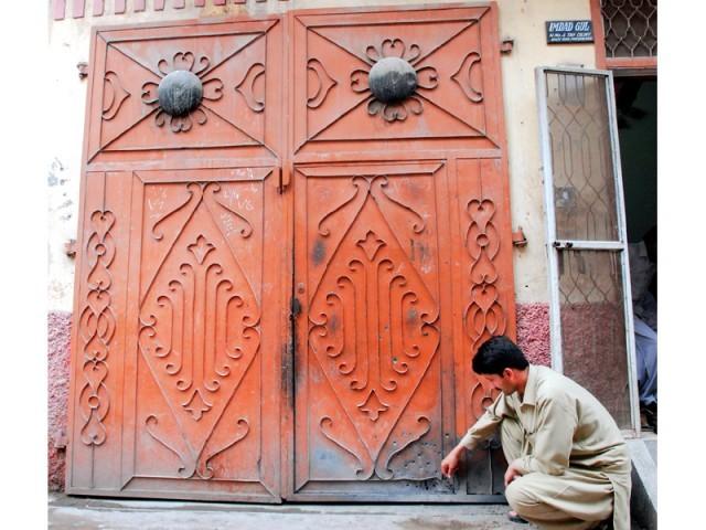 پشاور:ایکسپریس نیوز کے بیورو چیف جمشید باغوان کے گھر پر بم حملے سے متاثر ہونیوالا دروازہ۔ فوٹو: ایکسپریس
