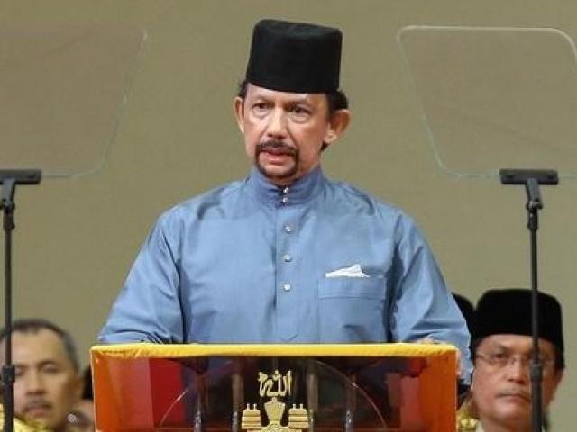 برونائی دارالسلام کے سلطان حسن البولکیہ نےگزشتہ دنوں ملک میں شرعی سزاؤں کے نفاذ کا اعلان کیاتھا فوٹو: فائل