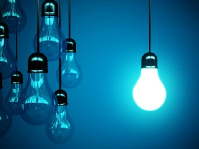 بجلی کی قیمتوں میں کمی کا اطلاق جولائی کے مہینے میں ہوگا۔ فوٹو: فائل
