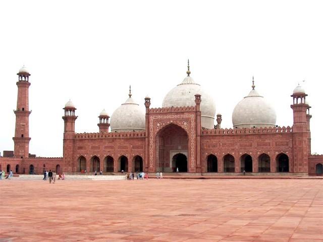 یہ مسجد 1084ھ بمطابق 1673ء میں مغل شہنشاہ اورنگززیب کے حکم پر ان کے رضاعی بھائی فدائی خان کوکہ نے قلعہ لاہور کے اکبری دروازے کے سامنے شمال مغربی سیدھ میں تعمیر کی۔  فوٹو : فائل