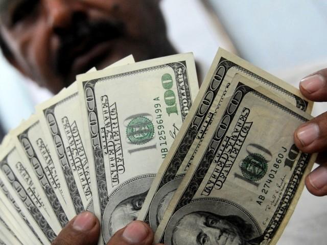 انٹربینک 44 پیسے اضافے سے 101.20، اوپن مارکیٹ میں 55 پیسے بڑھ کر 101.10 روپے ہوگیا۔  فوٹو: فائل