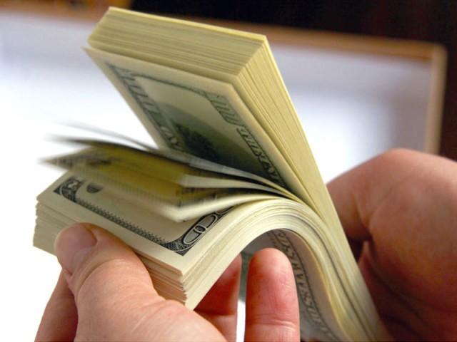 انٹربینک میں 65 پیسے اضافہ، اوپن مارکیٹ ریٹ 20 پیسے بڑھ کر 101.50 ہوگئے۔  فوٹو: فائل