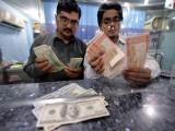اوپن کرنسی مارکیٹ میں ڈالر کی قدر 50 پیسے کے اضافے سے 102.20 روپے ہوگئی۔  فوٹو: اے ایف پی/فائل
