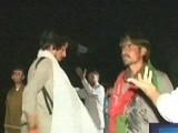 کارکنان کو منتشر کرنے کیلئے پولیس نے لاٹھی چارج کیا تاہم عمران خان کی ہدایت کے بعد کارکن دوبارہ دھرنے کے مقام پر پہنچ گئے۔  فوٹو: ایکسپریس نیوز