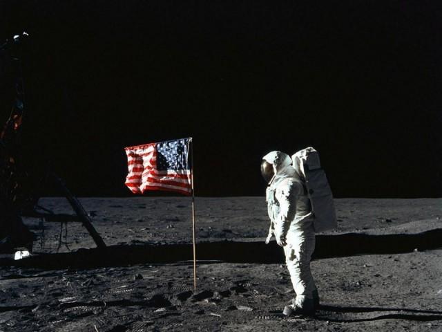امریکا واقعی چاند پر پہنچا ہے یا پھر فراڈ؟ یہ وہ سوال ہے جو آج بھی اُتنی ہی شش و مد کے ساتھ موجود ہے جتنا 45 برس پہلے تھا اور حیرانگی کی بات یہ ہے کہ یہ سوال کوئی اور نہیں خود امریکی میڈیا اور لکھاری اُٹھارہے ہیں۔ فوٹو: اے ایف پی