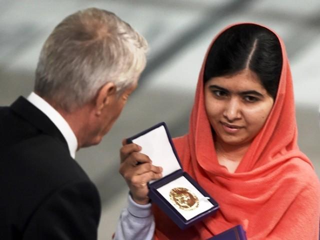 ملالہ یوسفزئی ایوارڈ لینے سٹی ہال پہنچیں تو ان کا شاندار استقبال کیا گیا۔ فوٹو: اے ایف پی