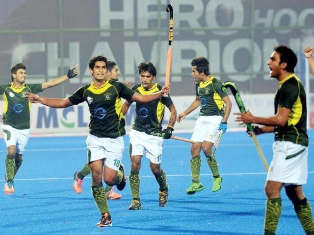 اعتراض کیا گیا کہ کہ پاکستانی کھلاڑیوں نے شرٹس اتاری جبکہ وہاں فیملیز بیٹھی ہوئیں تھیں۔ لیکن بھارتی میڈیا  یہ بھول گیا ہے کہ اربوں کا بزنس کرنے والی فلموں میں فحاشی اپنی عروج پر ہوتی ہے۔ تو کیا یہ فلمیں جنات دیکھتے ہیں؟  سلمان خان بلاوجہ شرٹ اتارے تو سب ٹھیک ہے جب ہم کریں تو ''کریکٹر ڈھیلا ہے''۔ فوٹو: فائل
