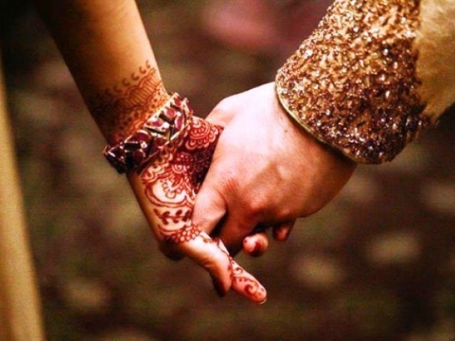 والدین سے گزارش ہے کہ خدارا اسٹیٹس، نوکری، جہیز کی وجہ سے شادیوں میں دیر نہ کریں۔ ہمارے معاشرے میں اولاد ادب کی وجہ سے خاموش رہتی ہےلیکن آپ شادی میں تاخیر کرکے نہ صرف ظلم کررہے ہیں بلکہ اسکی حق تلفی بھی کررہے ہیں۔ فوٹو: فائل