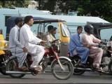 محکمہ داخلہ نے ڈبل سواری پر پابندی کا نوٹی فکیشن جاری کردیا،  فوٹو:فائل