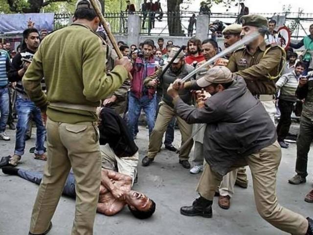 بھارتی پولیس رات کو گھروں میں گھس کر ہراساں کرتی ہے، علی گیلانی  فوٹو: فائل
