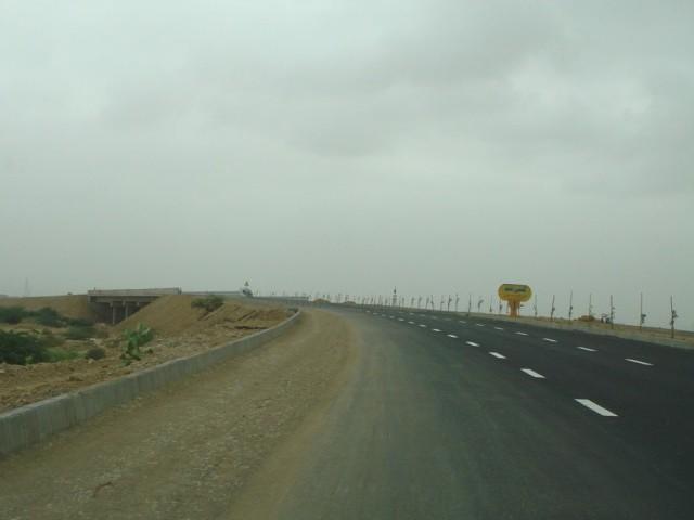 شاہراہ کی چوڑائی بڑھاکربیچ میں فٹ پاتھ تعمیر اور اسٹریٹ لائٹس لگائی جائینگی. فوٹو؛ فائل