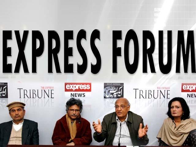 ادبی شخصیات کی ''ایکسپریس فورم''میں گفتگو۔ فوٹو: ظہور الحق/ایکسپریس