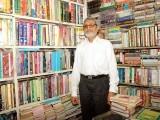 لوگ غیرنصابی کتابوں کو اس وقت خریدتے ہیں جب ان کے پاس ضروری اخراجات کے علاوہ کچھ پیسے بچ جائیں۔فوٹو : فائل