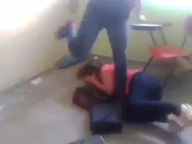 خاتون کو لاتوں، گھونسوں سے مار مار کر نڈھال کردیا، فوٹو میٹرو