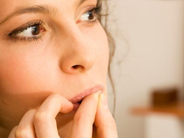 غیرمعمولی حد تک باصلاحیت ہونا اصل میں  ناخن چبانے جیسی غیر ارادی عادت کی وجہ ہو سکتا ہے،تحقیق ۔فوٹو:فائل