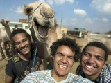 مصر کے نوجوانوں نے اونٹ کے ساتھ سیلفی بنائی جو یادگار بن گئی