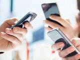 موبائل فون کے استعمال سے زیادہ دیر تک گردن جھکے رہنے سے پٹھوں میں کھنچاؤ پید اہوتا ہے، فوٹو:فائل