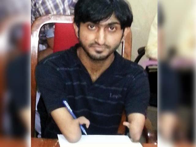 دونوں ہاتھوں سے محروم محب محمد علی صحافیوں  کو خود سے پیپر پرتحریر کرکے دکھارہا ہے ۔  فوٹو : ایکسپریس