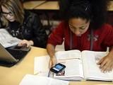 موبائل فون کے استعمال پر پابندی سے  کمزور طالب علموں کو سب سے زیادہ فائدہ ہوتا ہے، فوٹو:فائل