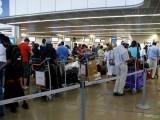33 سالہ نوجوان نے حکام کو فون پر اطلاع دی کہ ایئرپورٹ پر بم ہے جس کے بعد ایئرپورٹ کو خالی کرالیا گیا۔ فوٹو:فائل