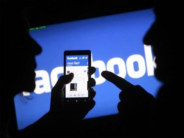 فیس بُک اور ٹویٹر پر آپ کی پرسنل پروفائل جسے جس قدر بھی محفوظ بنایا جائے غیر محفوظ ہی رہتی ہے۔ فوٹو:فائل