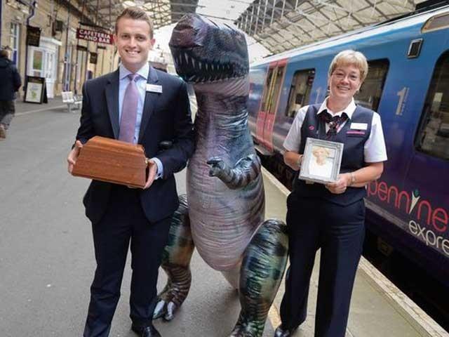 برطانیہ میں ریلوے کا عملہ مسافروں کی جانب سے بھول جانے والا سامان دکھارہے ہیں۔ فائل تصویر