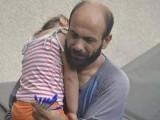 شام سے ہجرت کرکے آنے والا عبدل نامی شخص بیٹی کو کندھے پر سلائے سڑکوں پر قلم فروخت کررہا تھا۔