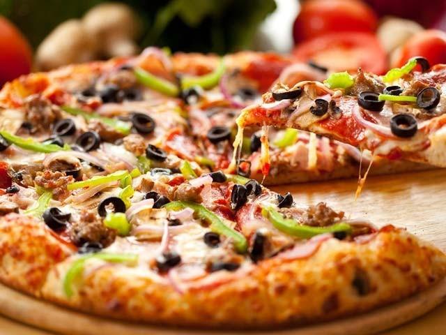 پہلے پیزا کا کرسٹ کھانے والے افراد غیر معمولی طور پر مضبوط ہوتےہیں۔ فوٹو: فائل