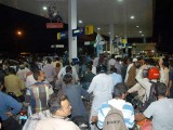 کراچی میں 90 فیصد سے زائد پمپوں پر پیٹرول دستیاب نہیں جس کے باعث شہریوں کو شدید مشکلات کا سامنا ہے۔ فوٹو: ایکسپریس/ محمد ثاقب