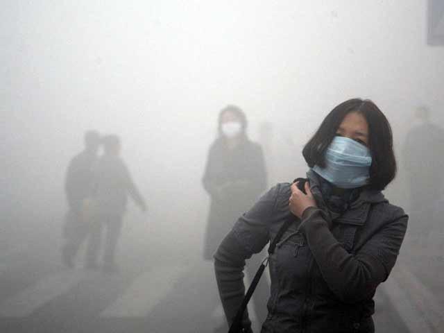 فضا میں ایندھن کے خردبینی ذرات، مضر صحت دھویں میں موجود گیسیں پھیپھڑوں کے لیے نقصان دہ ہوتی ہیں، ماہرین، فوٹو:فائل