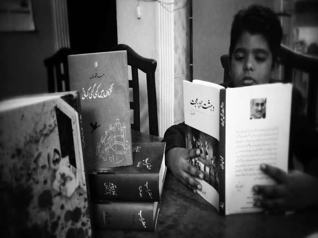 نثری ادب کی دو اور کتب ہمیں پسند آئیں۔ ایک تو محمد امین الدین کا افسانوی مجموعہ، آدم اور خدا، پھر مبشر علی زیدی کی 100 لفظوں کی کہانیاں۔